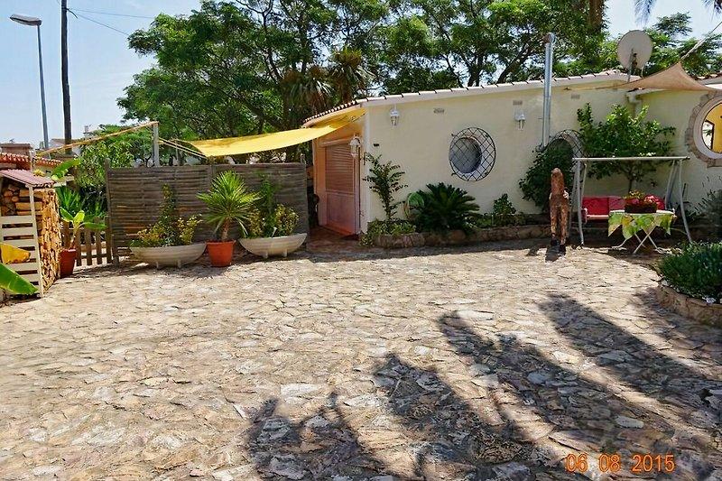 Seitenansicht m. Hofbereich der Villa Sol m. Pool