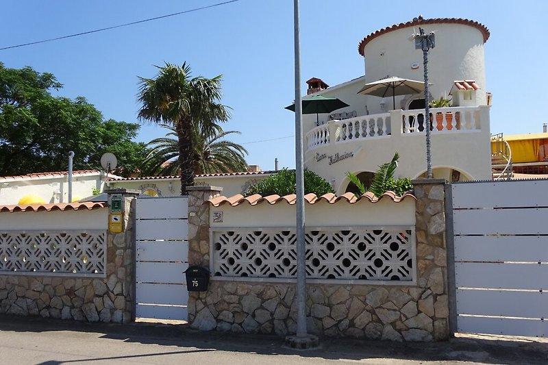 Außenansicht von der Strasse auf die Villa Kath. dos m. Pool