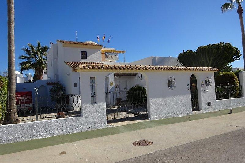 Hausansicht der Villa REY