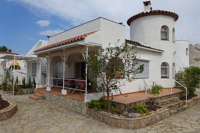 Hausansicht mit Terrassensicht der Villa Palmera