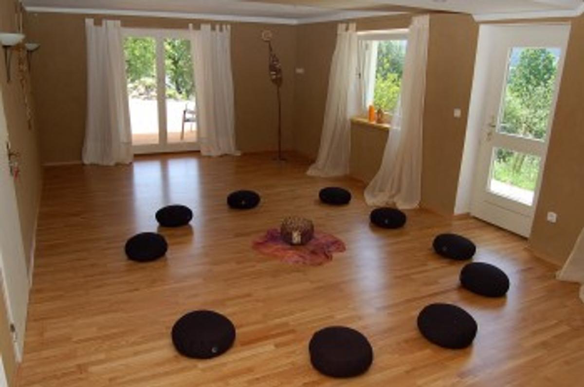 Elegant Meditationsraum Mit Zugang Zum Garten