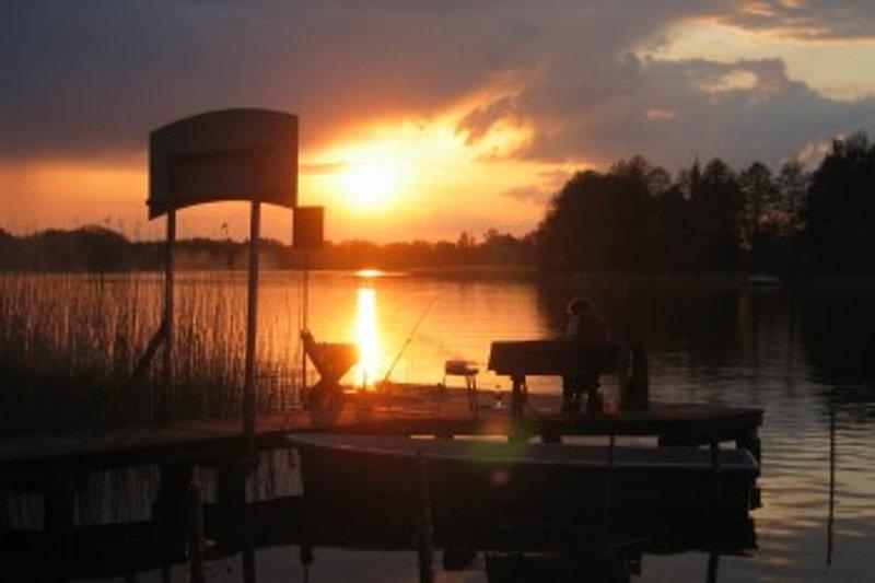 romantischer Blick in den Sonnenuntergang vom Bootsteg