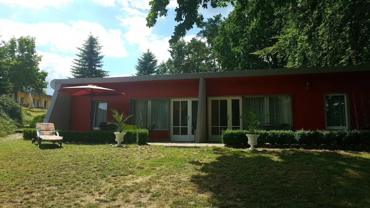 bungalow mit angelsteg seeblick ferienhaus in kleinzerlang mieten. Black Bedroom Furniture Sets. Home Design Ideas