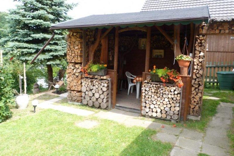 Grillhaus mit Liegewiese