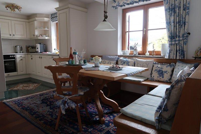 gemütliche Essecke mit Blick in die Landhausküche