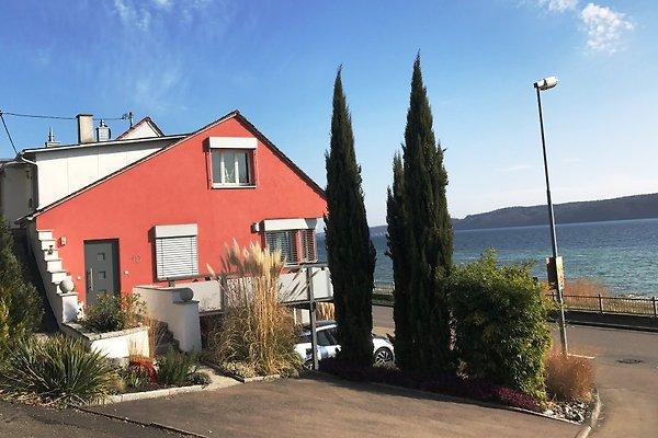 Die Ferienwohnung befindet sich im Erdgeschoss des Hauses mit Eingang zur Straße hin und Blick zum See