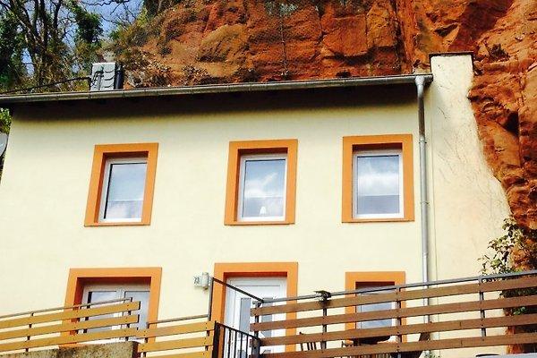 Hausfront mit Felsansicht