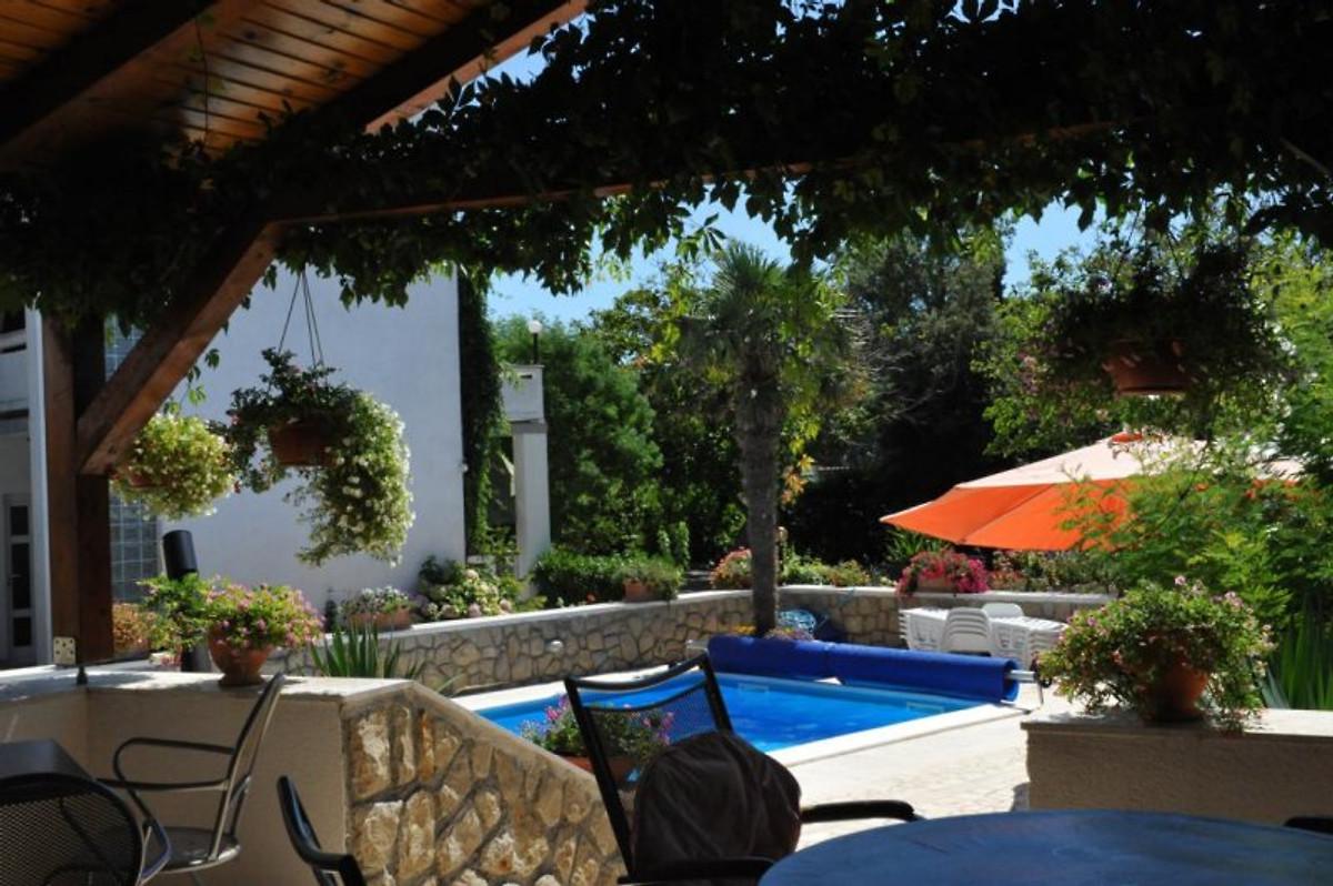apartmenthaus angela beheizter pool ferienwohnung in kampor mieten. Black Bedroom Furniture Sets. Home Design Ideas