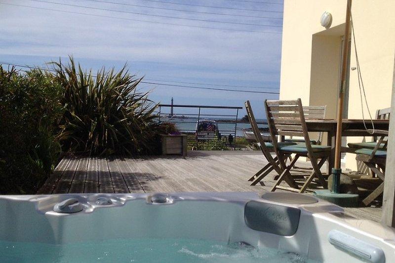 Whirlpool und Terrasse mit Meerblick