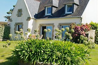 Holiday house in a quiet, country setting with lovely view across the Bay of Douarnenez. Fireplace. Internet. Sat-TV. Sea view.