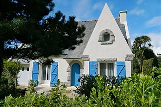 Detatched holiday home with lovely established garden and wonderful view across the Bay of Douarnenez. Fireplace. Sat-TV.