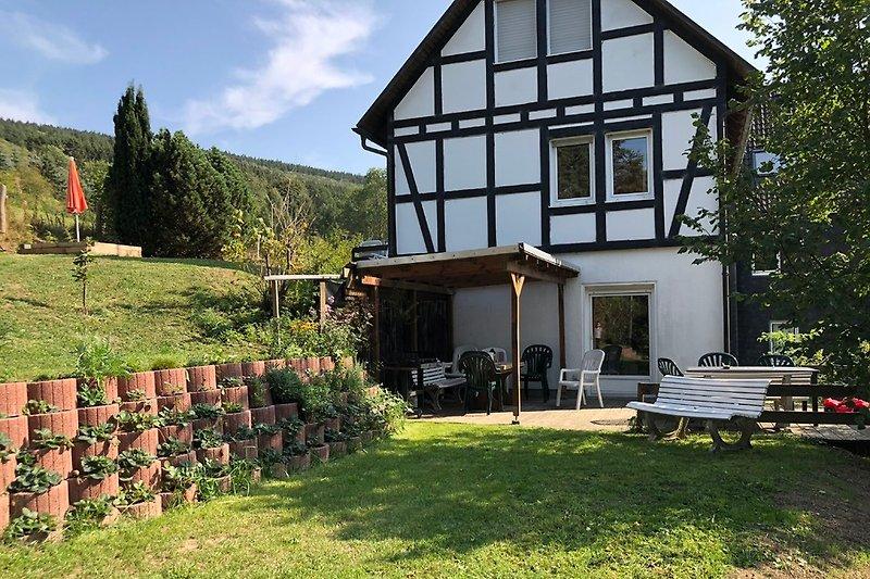Garten und Terrasse + großes Trampolin