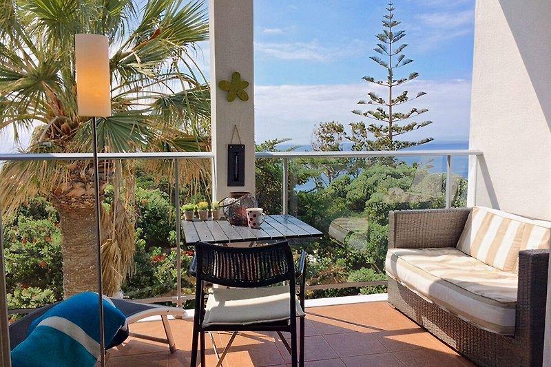 Geschützter Balkon mit tollem Meerblick