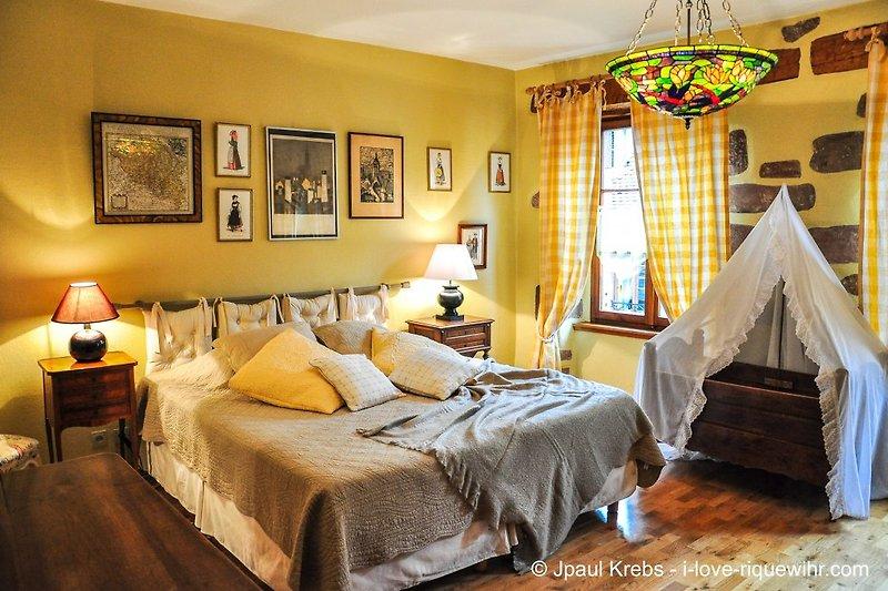 Schlafzimmer mit Kingsize Bett 180x200