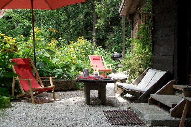 Sonnig oder schattig, der freundliche Sitzplatz vorm Haus
