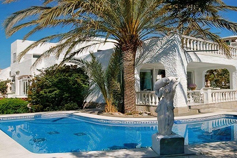 Haus,Terrasse mit Poolbereich