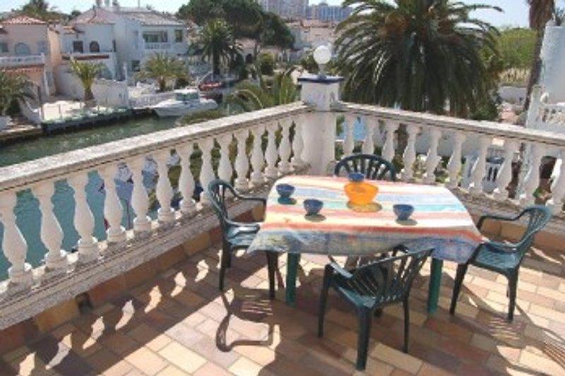 Terrasse mit Kanalblick