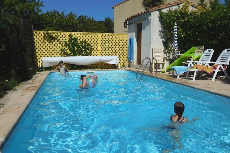 Pool (4x8m), mit Liegestühlen, ohne Fremdeinblicke