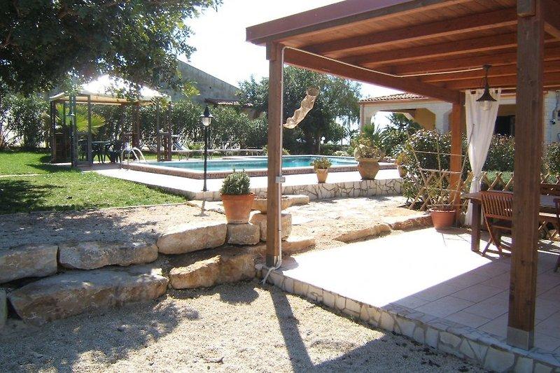 gemeinschaftlicher Sitzbereich am Pool mit Grill
