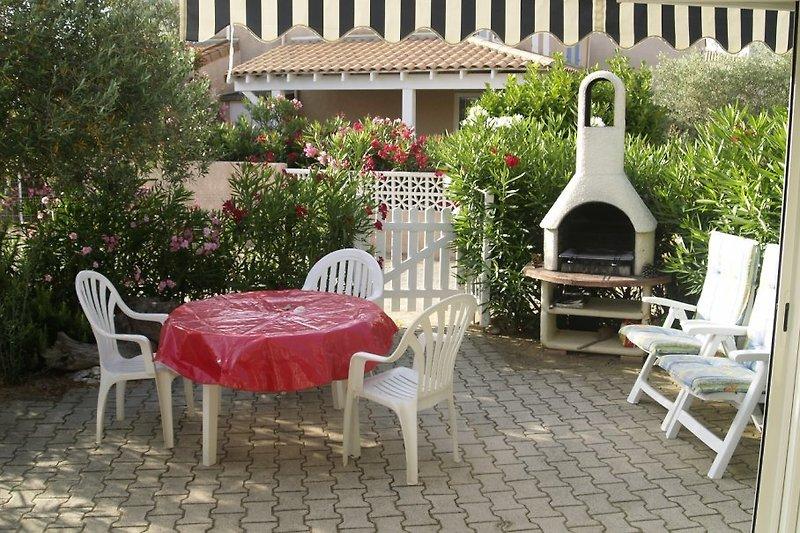eine sehr schöne Terrasse mit Grill