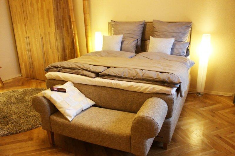 Schlafzimmer mit Boxspringdoppelbett