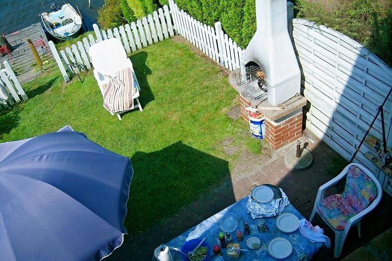Blick vom Elternschlafzimmer auf die Terrasse und den Steg