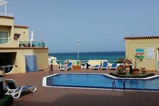 Die Ferienwohnung Casa Laura hat 2 Schlafzimmer und liegt in einer exklusiven Anlage mit Pool nur 50m vom hellen Sandstrand entfernt. Blick auf Meer, Strand und Pool. WLan gratis