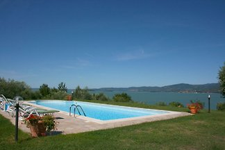 Farmhouse on top of a hill with incomparable views of Lake Trasimeno.