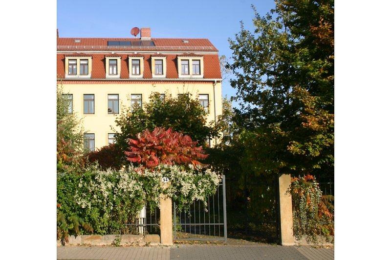 Das Haus im Sommer von der Straße aus fotografiert.