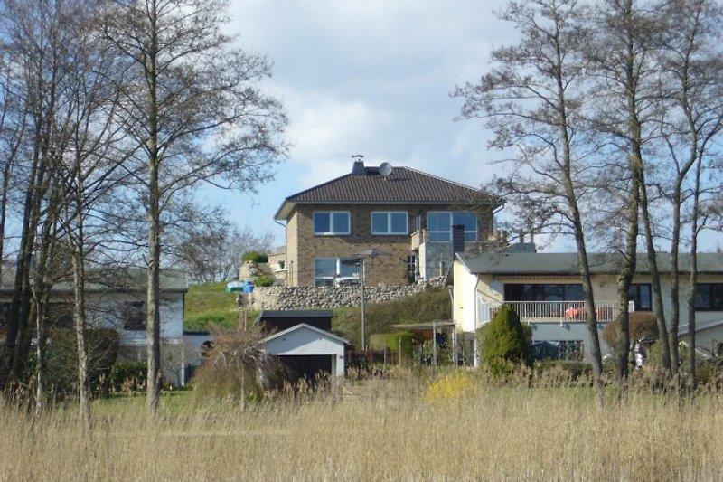 Blick vom See zum Wohnhaus