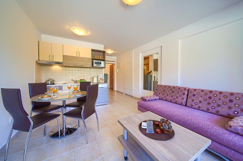 4-Personen-Tisch, Kühlschrank mit Gefriertruhe, Kaffeemaschine,Wasserkocher, Ceran-Kochfeld, Mikrowelle, Geschirrspüler