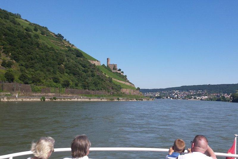 Schiffsfahrt entlang der zahlreichen Burgen im Weltkulturerbe