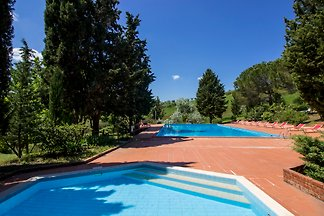 Quaint cottage with pool in the heart of Tuscany, family-friendly, beautiful views location, quiet, Tennis, on request breakfast or half board, cooking and language course