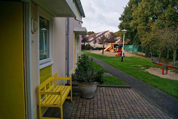 Haustür und Spielplatz