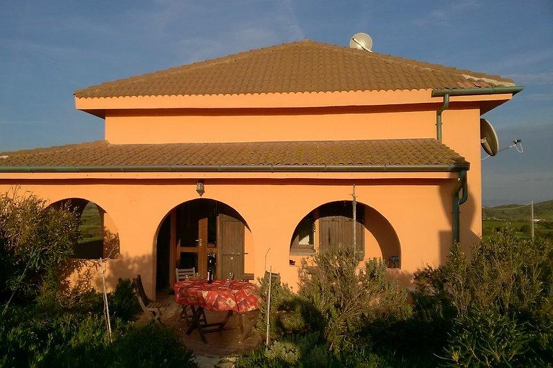 Villa tre amri von Westen