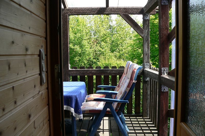Hochterrasse mit Treppe in den Garten mit Gartenmöbeln, Grill