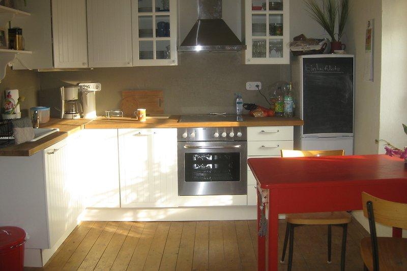 Die voll ausgestattete Landhausküche...