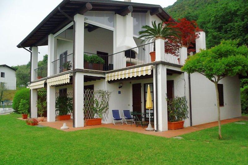 Die Terrasse mit Gartenmöbel und Seeblick.