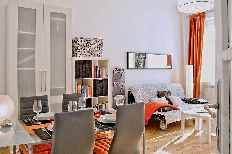 Wohnzimmer mit Essplatz, Bettsofa, Kleiderschrank, Kabel-TV uvm.