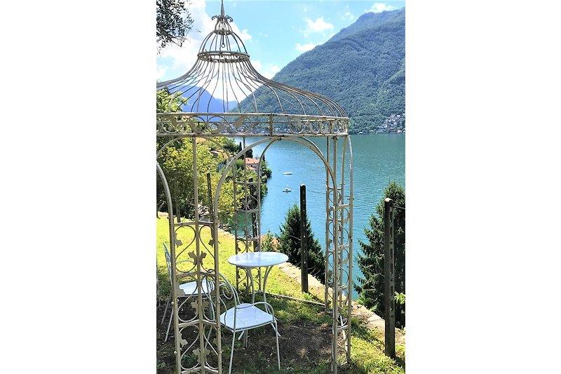 Der Garten von Villa louisa am Comersee ist 2500 m2 gross und liegt sehr nahe am Ufer