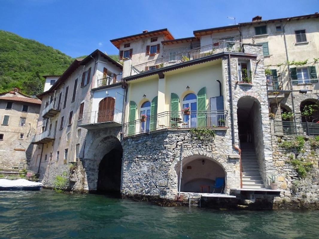 Casa borgo vecchio direttamente sul lago di como for Pluripremiati piani di casa sul lago