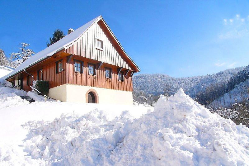 Ferienhaus Müllerbauernhof im Winter in idyllischer ruhiger Panoramalage mit Terrasse.