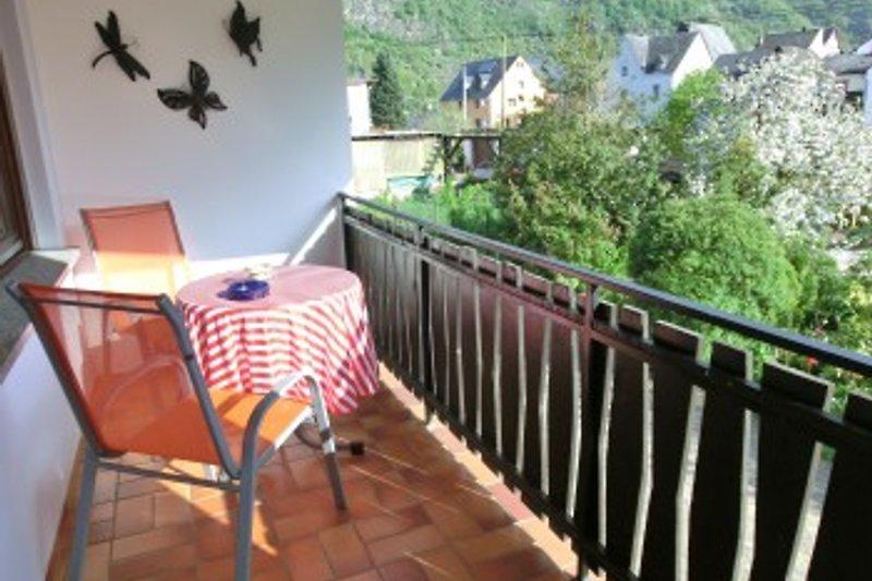 Balkon mit Blick in den Garten und auf die Burg Bischofstein