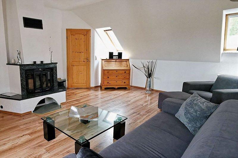 Wohnzimmer mit Einbau-Kamin