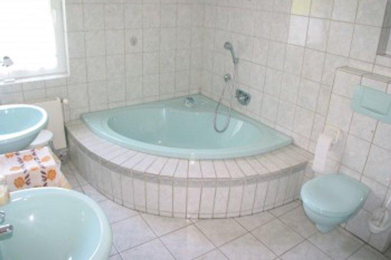 Bad mit großer Eckwanne und Dusche