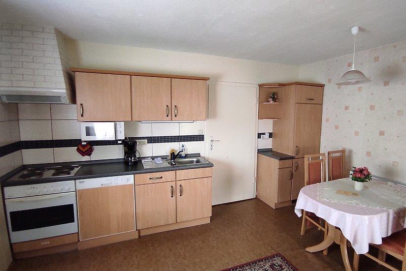 Küchenzeile mit Spülmaschine, Mikrowelle, 4-Platten-Elektroherd, Kühlschrank uvm.
