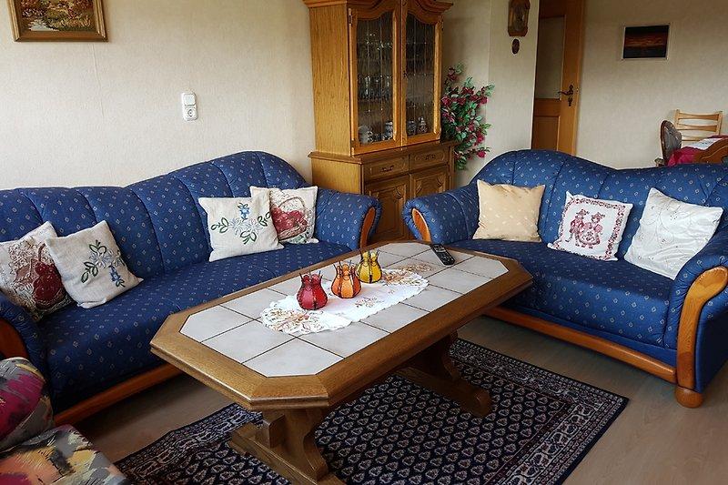 Wohnzimmer mit Balkon und TV-SAT