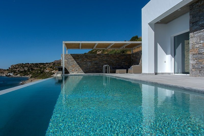 The sea or your private pool - you have got the choice