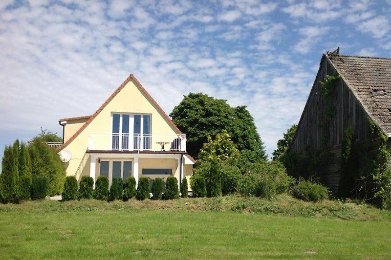 Das Landhaus Zaba steht in Rozwarowo und die Lage mit der wunderschönen Aussicht auf die Pommersches Landschaft sucht Ihres Gleichen.