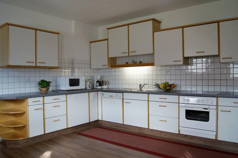 große Küche mit Geschirrspüler, Mikro..